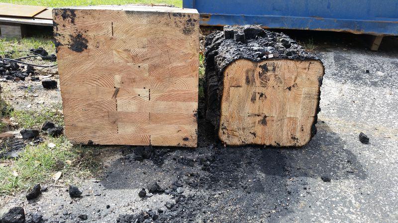O imagine a două grinzi de lemn carbonizate